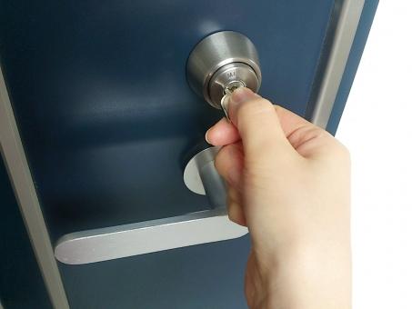 これは困った!玄関の鍵が硬くて開かない!でも、鍵屋を呼ぶ前に試してみて!!
