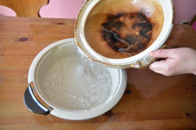 土鍋の水を移している